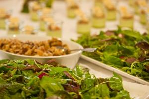 Vorspeise fürs Hochzeitsbuffet: Sommerlicher Blattsalate mit Kirschtomaten, Wildkräuter-Panna cotta mit Pfirsichrelish (Hintergrund)